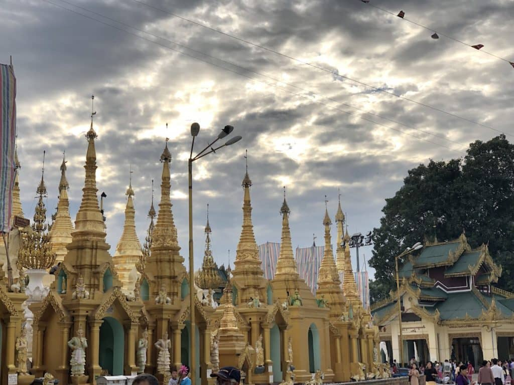 Plusieurs pagodes avec ciel couvert