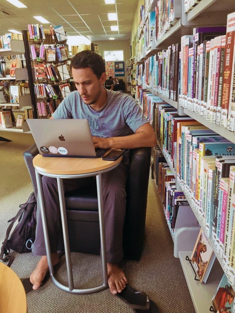 Digital nomad dans une Librairie