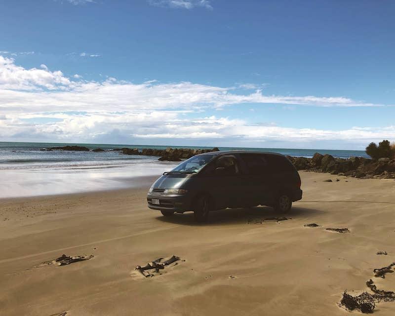 Van sur la plage en NZ