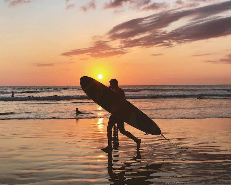 Surfer sur une plage à Bali