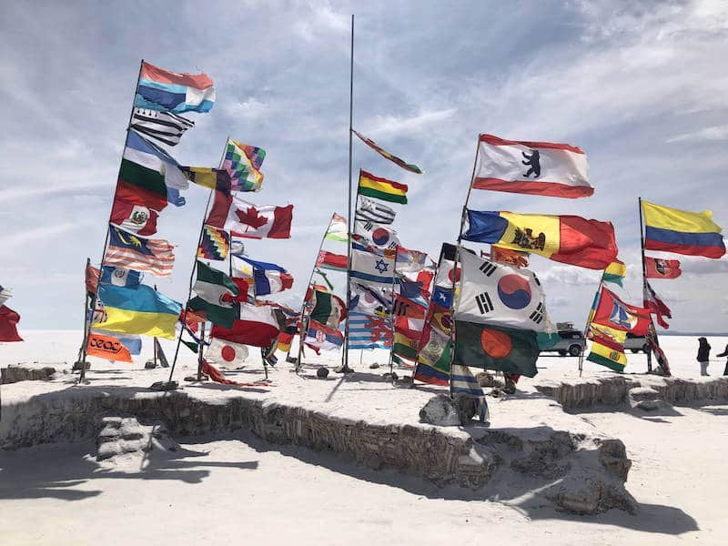 Drapeaux dans le Salar de Uyuni