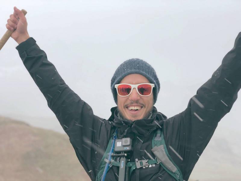 Nicolas sous la neige au sommet de la Rainbow Montain
